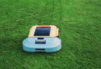 Robotgrasklippare pa en gron grasmatta